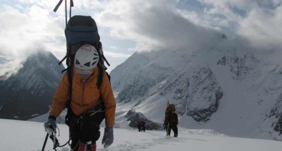 Альпинист с ледорубом