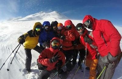 Альпинисты на фоне Эльбруса