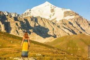 Девушка в горах Грузии